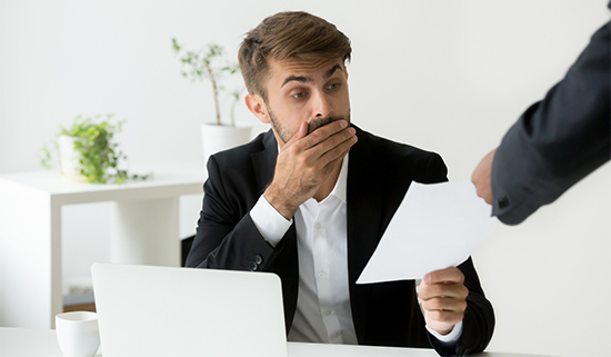 hombre que recibe una multa de la agencia de protección de datos