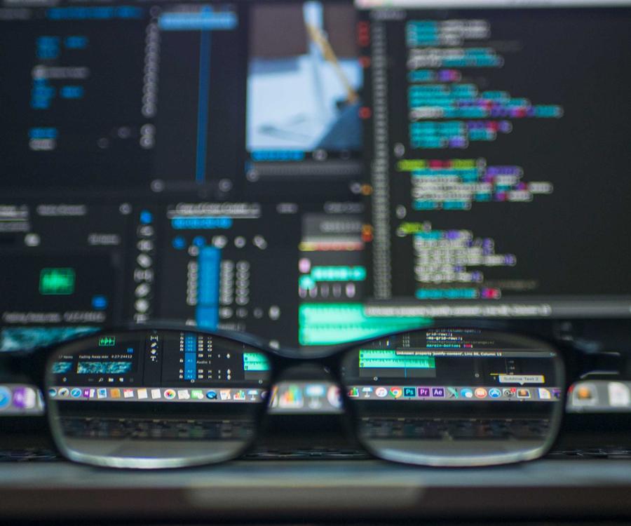 data scientist trabajando en su ordenador