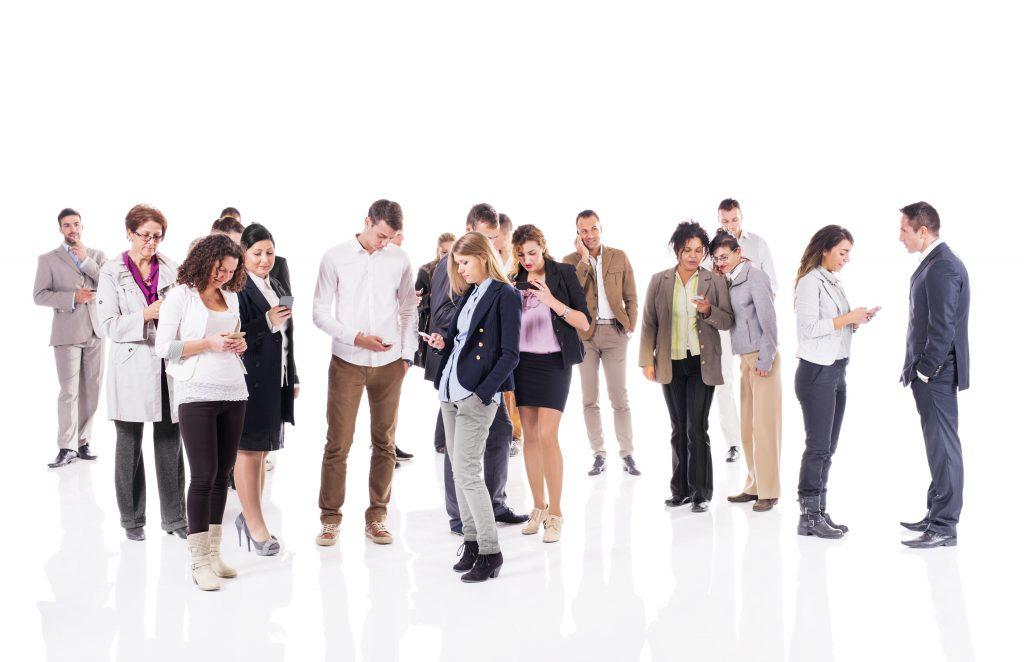 Grupo grande de personas mandando mensajes en sus smartphones