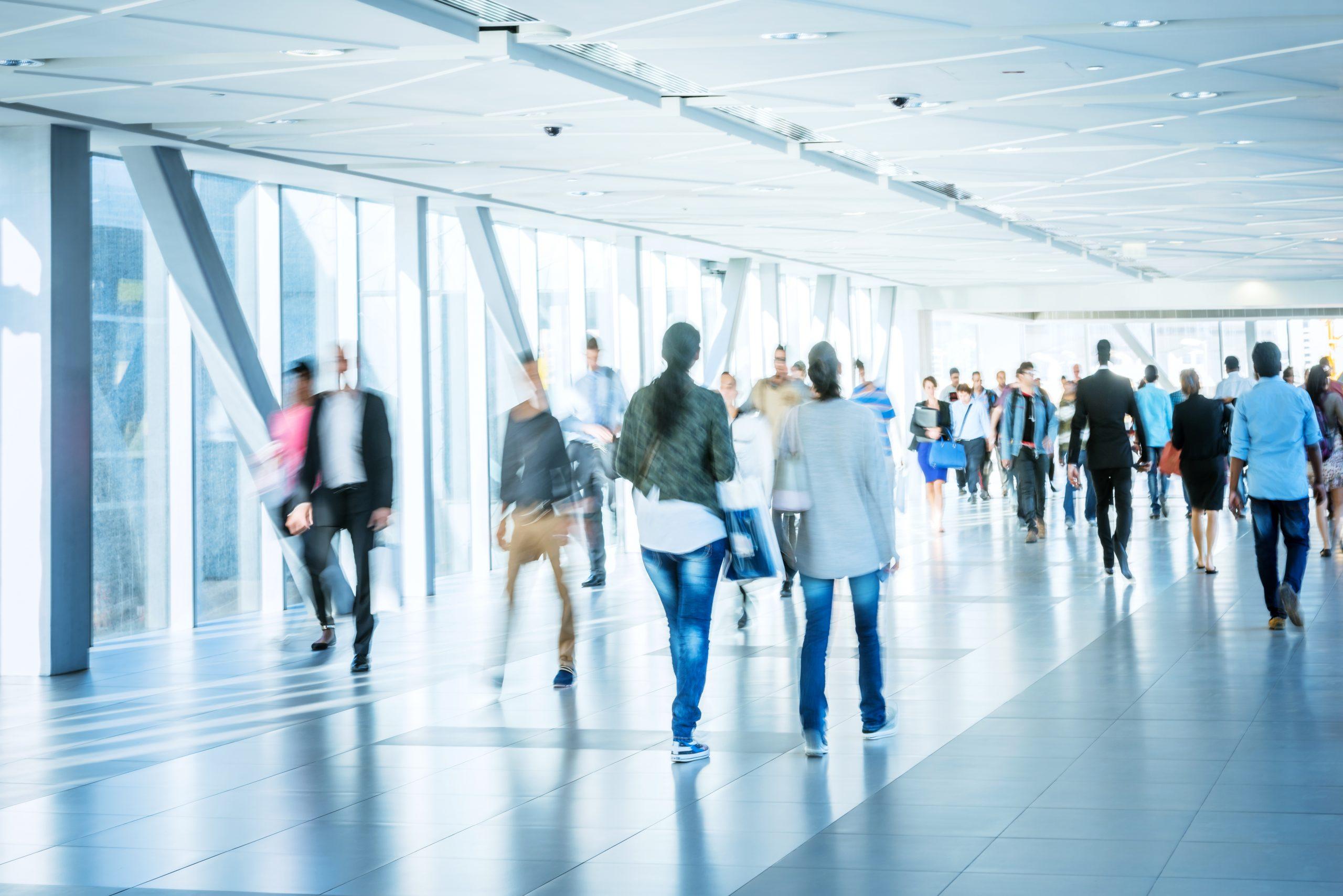 Muchas personas andando